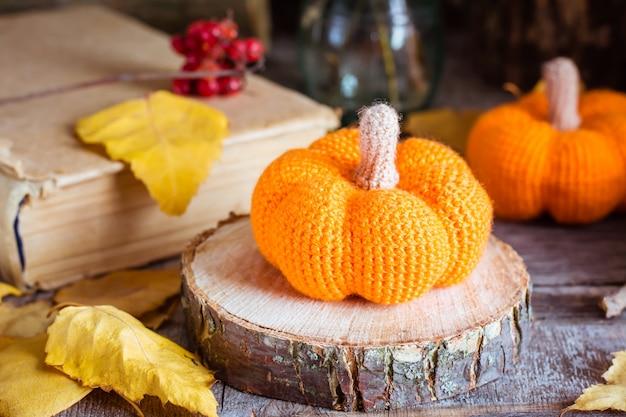 Outono ainda vida com uma abóbora e folhas caídas Foto Premium