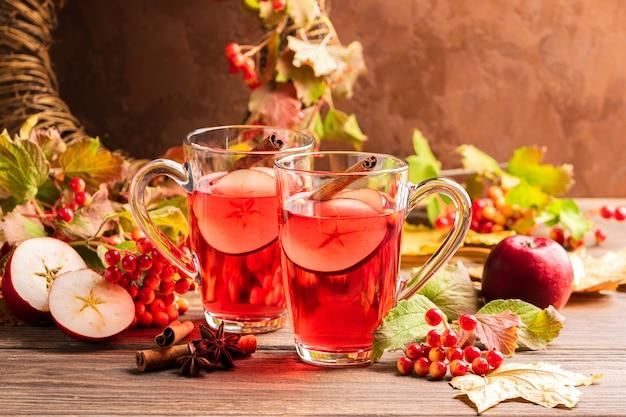 Outono beber sangria com baga de maçã e canela. Foto Premium