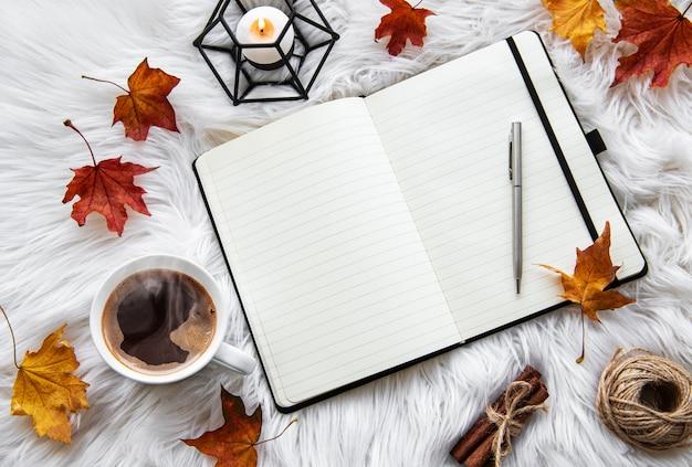 Outono casa aconchegante composição com xícara de café e notebook Foto Premium