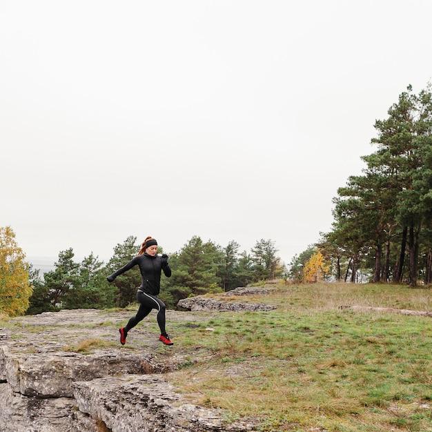 Outono corrida ao ar livre, treino na floresta Foto Premium