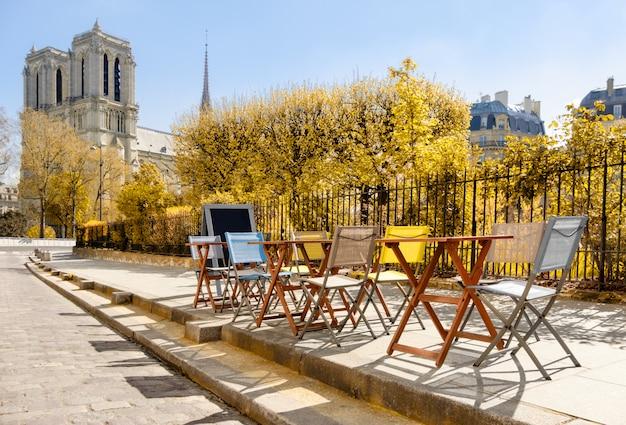 Outono em paris. café pela catedral de notre-dame Foto Premium