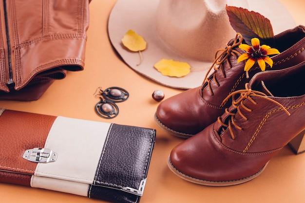 Outono roupa feminina. conjunto de roupas, sapatos e acessórios Foto Premium