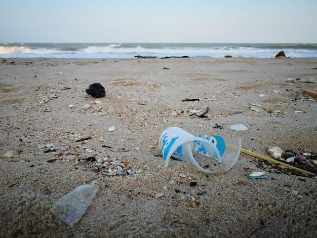 Outro lixo lava-se na praia de songkhla. Foto Premium