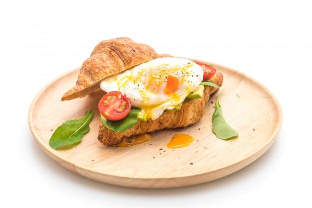 Ovo benedict com abacate, tomate e salada - estilo de comida saudável ou vegan Foto Premium