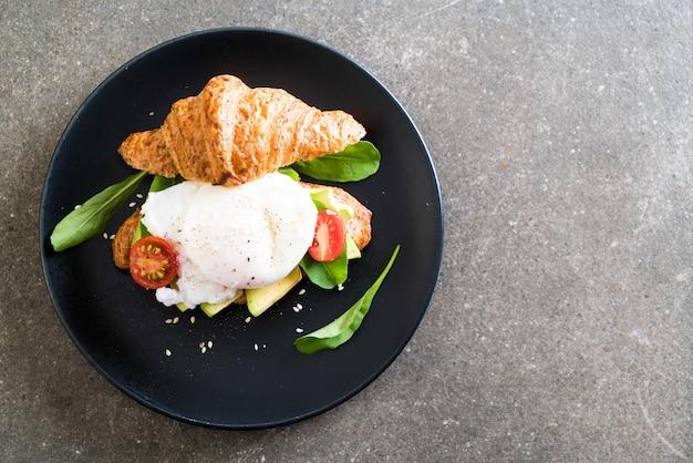 Ovo benedict com abacate, tomate e salada Foto Premium