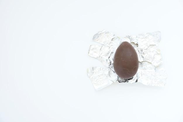 Ovo de chocolate na folha Foto gratuita