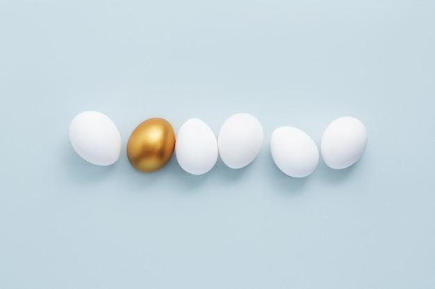 Ovo de ouro com ovos brancos Foto gratuita