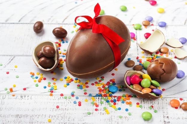 Ovo de páscoa de chocolate Foto Premium
