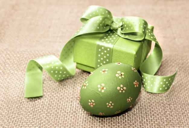 Ovo de páscoa verde e caixa de presente Foto Premium