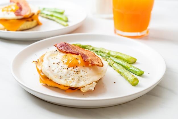 Ovo frito com bacon e queijo na panqueca Foto Premium