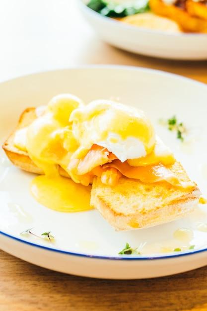 Ovos benedict com salmão Foto gratuita