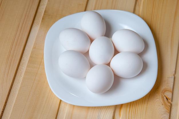 Ovos brancos no prato Foto Premium
