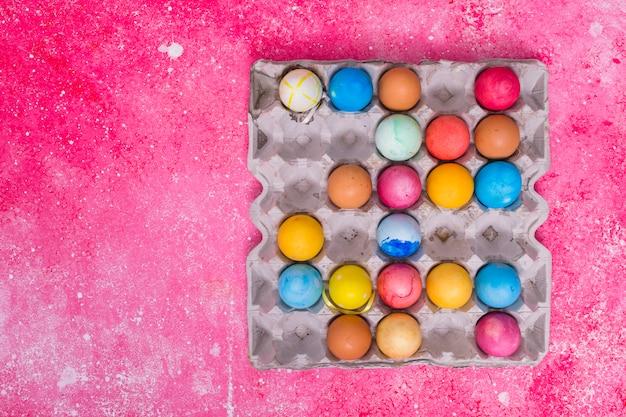 Ovos coloridos na bandeja quadrada Foto gratuita