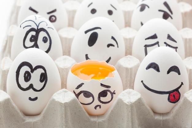 Ovos com desenho emoji Foto gratuita