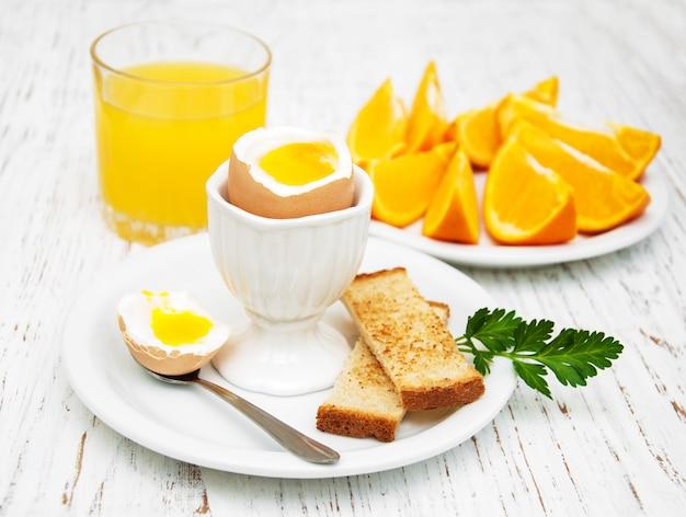 Ovos cozidos no café da manhã Foto Premium