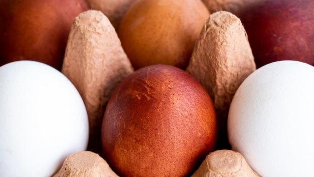 Ovos de close-up em cofragem Foto gratuita