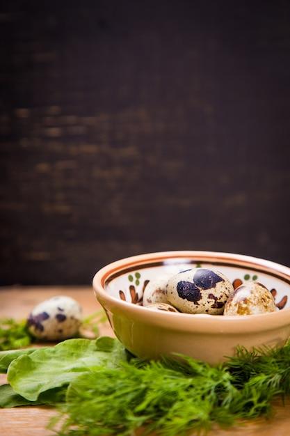 Ovos de codorna em prato Foto Premium