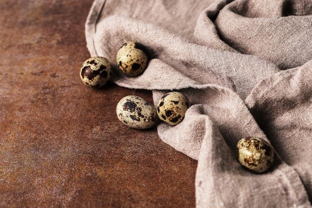 Ovos de codorna em rústico Foto gratuita