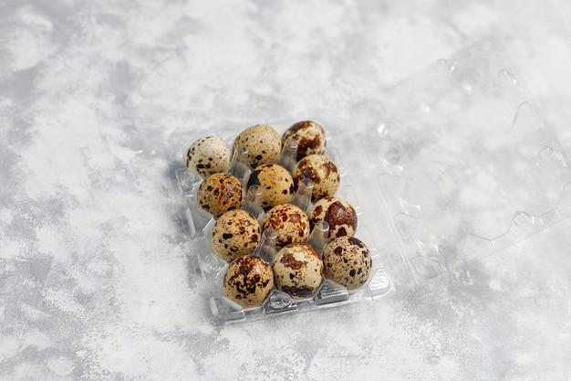 Ovos de codorna em um concreto branco-cinza Foto gratuita