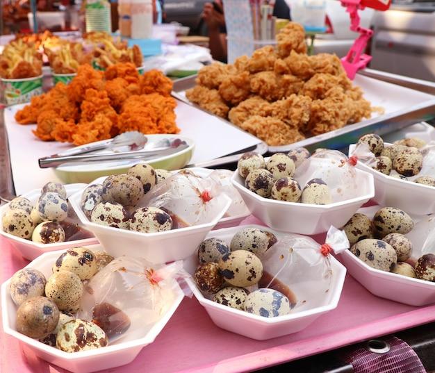 Ovos de codorna na comida de rua Foto Premium