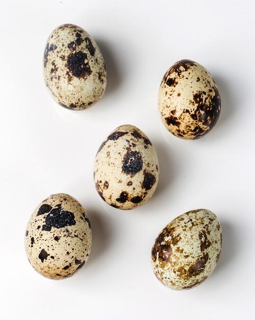 Ovos de codorna na mesa branca Foto gratuita