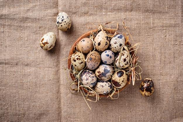 Ovos de codorna no fundo de linho Foto Premium