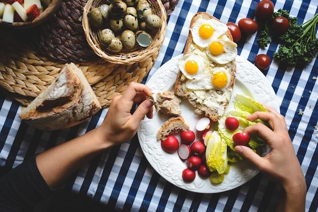 Ovos de codorna no pão com manteiga Foto gratuita