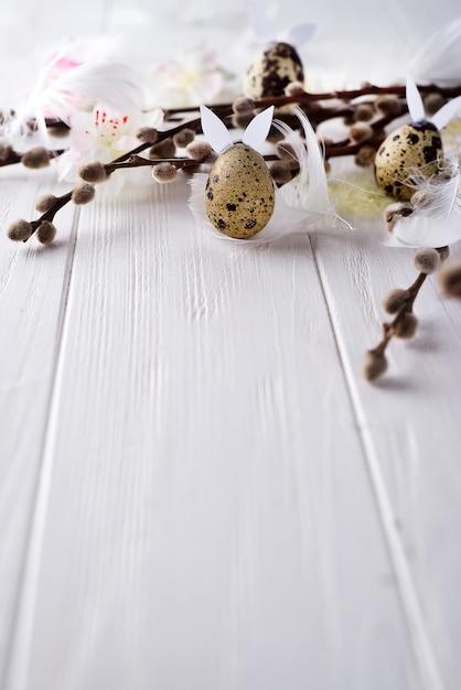 Ovos de codorna páscoa com orelhas de lebre e ramo de salgueiro Foto Premium