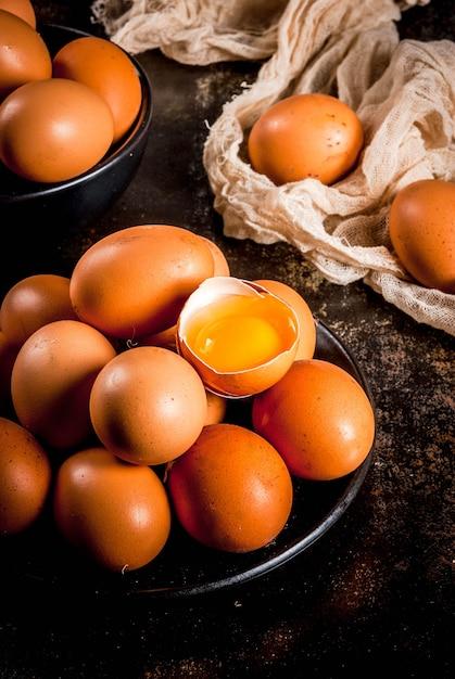 Ovos de galinha fazenda orgânica, em um prato, em um metal enferrujado escuro, copyspace Foto Premium