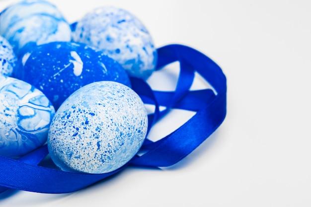 Ovos de páscoa azuis isolados no branco. Foto Premium
