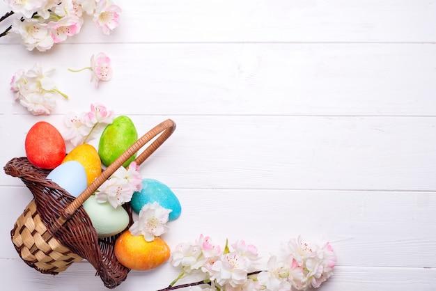 Ovos de páscoa coloridos pintados na cesta marrom Foto Premium