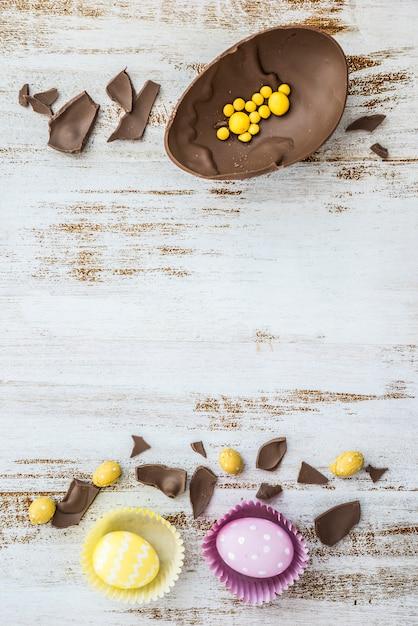 Ovos de páscoa com ovo de chocolate na mesa Foto gratuita