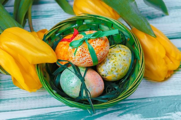 Ovos de páscoa com tulipas Foto Premium