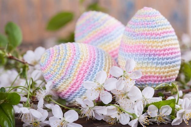 Ovos de páscoa de malha. cartão de primavera. conceito de páscoa brinquedo de malha, feito à mão, bordado, amigurumi. Foto Premium