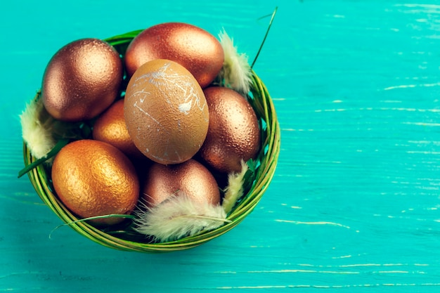 Ovos de páscoa de ouro na mesa de madeira Foto Premium