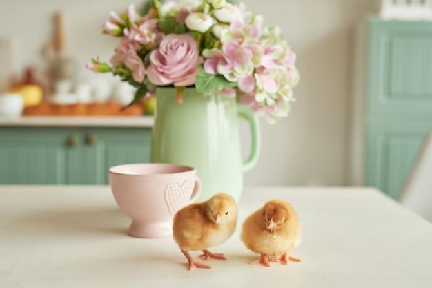 Ovos de páscoa e galinhas com flores. feliz páscoa conceito. Foto Premium