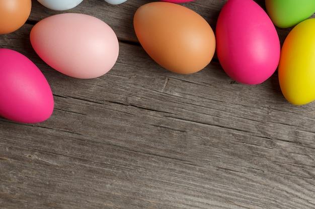 Ovos de páscoa em fundo de madeira Foto Premium