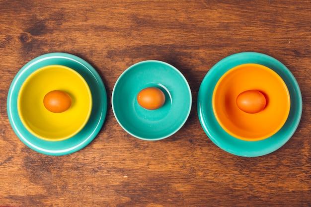 Ovos de páscoa em pratos e tigelas Foto gratuita