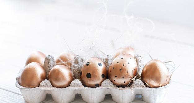 Ovos de páscoa lindos decorados de cor dourada. Foto gratuita
