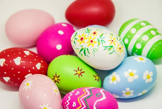 Ovos de páscoa perfeitos feitos à mão. no fundo isolado branco. foco seletivo. Foto Premium
