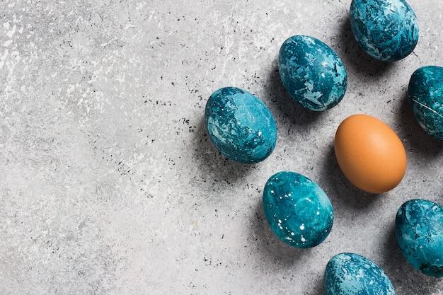 Ovos de páscoa pintados à mão em azul Foto gratuita