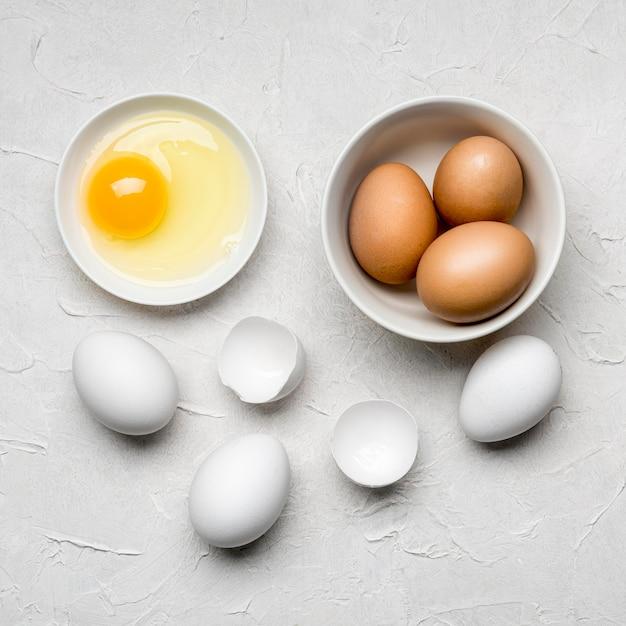 Ovos de postura plana em fundo de estuque Foto gratuita