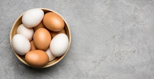 Ovos de vista superior em fundo de estuque Foto gratuita