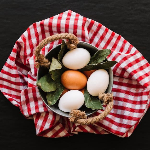 Ovos e folhas de louro em panela Foto gratuita