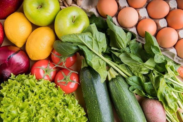 Ovos e legumes de vista superior Foto gratuita