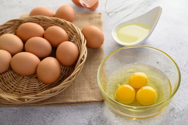 Ovos e óleo orgânicos, preparando a refeição de cozinha Foto gratuita