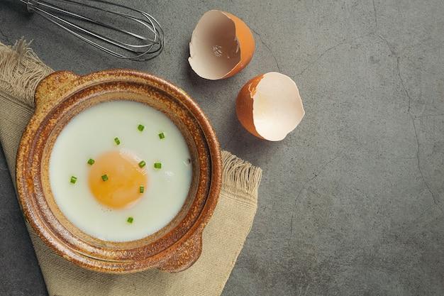 Ovos em uma cesta de palha e um livro de receitas conceito de nutrição alimentar. Foto gratuita