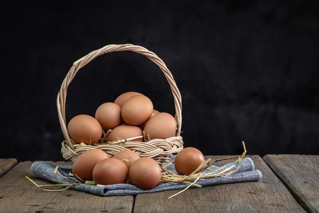 Ovos em uma cesta Foto Premium