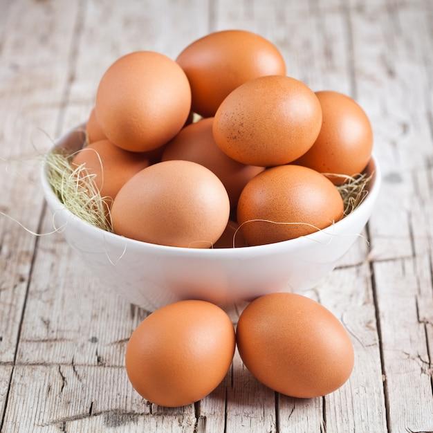 Ovos frescos em uma tigela Foto Premium