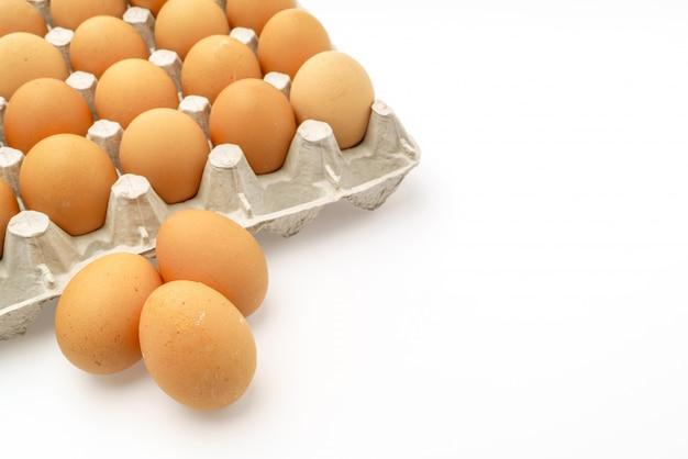 Ovos frescos no pacote no fundo branco. Foto gratuita